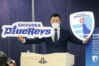 チームの名称を「静岡ブルーレヴズ」にすると発表する山谷拓志氏=23日午後、静岡県庁