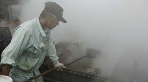 湯気を上げながら煮詰まっていくさーたーゆー=本部町字渡久地・西平黒糖