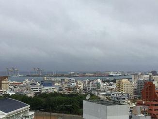 27日午前7時半ごろの那覇港