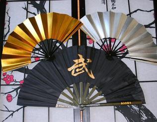 大会で披露される古典舞踊の扇と武道用の扇