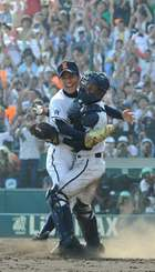 史上6校目の春夏連覇を達成し、捕手・山川大輔さんと抱き合う島袋洋奨さん(左)=2010年8月21日、甲子園