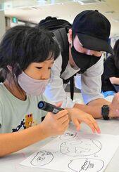 「なはーと」に展示予定の市民参加型作品のため「希望」をテーマに絵やメッセージを書き込む参加者=20日、那覇市久茂地・タイムスビル