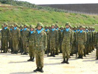 編成完結式で訓示を聞く与那国沿岸監視隊の隊員=28日、与那国町