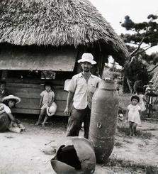 「1955 演習に使われた1屯爆弾(真謝公民館前)」(阿波根昌鴻さん撮影、わびあいの里提供)