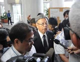 宮古島から戻り、報道陣の質問に答える翁長雄志知事=19日午前、県庁