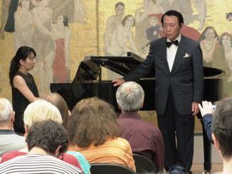 宮良長包作品を歌う泉惠得氏とピアノの赤嶺七奈子氏=パリ国際都市大学「日本館」