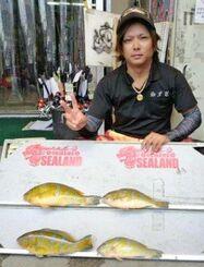 西原海岸で34・5センチ、0・77キロのアーガイを釣ったチーム海クヮーサーの山城勇次さん=6月18日