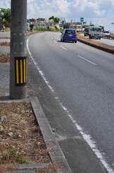 バイクが衝突したとみられる電柱=19日午前10時35分、糸満市武富