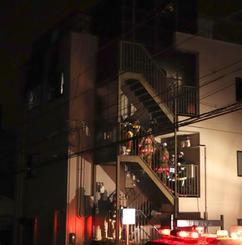 火災のあった兵庫県西宮市の集合住宅=11日午前1時36分