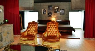 もともとはヘアサロンだった空き店舗を改装して宿泊施設にした部屋。椅子や机、ベッドなどがゴージャスで宿泊客から評判がいい=13日、沖縄市中央