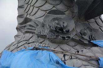 黒いペンキのようなもので落書きされた龍柱=24日、那覇市若狭
