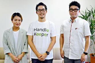 運転請負のサービスをPRするハンドルキーパーの斉藤智彦CEO(中央)=25日、沖縄タイムス社