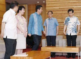 閣議に臨む安倍首相(中央)ら=7日午前、首相官邸