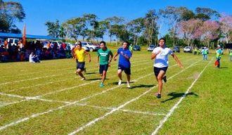 100メートル走で力走する選手たち=オキナワ第3移住地