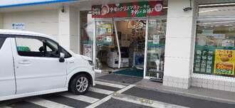 車が突っ込んで入り口が壊れたコンビニエンスストア=11月20日午前10時5分、糸満市糸満