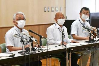 牛乳を飲んだ児童生徒らが食中毒の症状を訴えている問題で、記者会見する富山市保健所の担当者ら=19日午後、富山市