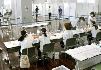 3カ所目の運用を開始した新型コロナウイルスワクチン県広域接種センター=22日、那覇市若狭の那覇クルーズターミナル