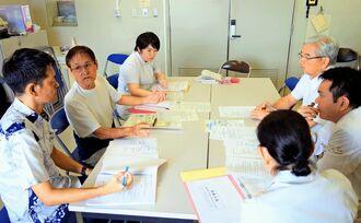 琉球大学医学部付属病院のスタッフと「芭蕉の会」の活動内容について話し合う心臓移植経験者の安里猛さん(左から2人目)と森智秀さん(左)=10月8日、西原町・琉大病院