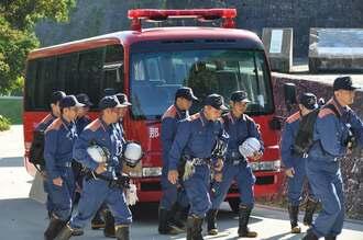 実況見分に入る消防隊員=2日、那覇市・首里城公園
