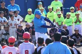 少年野球教室で、バッティングを披露する元プロ野球選手の清原和博さん=17日午前、浦添市民球場(下地広也撮影)