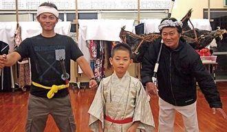 組踊「伏山敵討」で共演する平博之さん(右)、博光さん(左)、宝来君親子=うるま市・伊計公民館