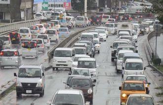 沖縄自動車道の通行止めと各地の冠水で渋滞する国道330号線=9日午前10時半ごろ、宜野湾市我如古(国吉聡志撮影)