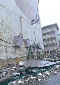 台風8号:県営団地の外壁が崩れる 宮古島、生活ストップ