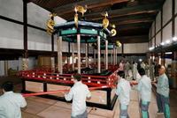 宮内庁、高御座の解体作業を公開 京都御所で、9月に東京へ