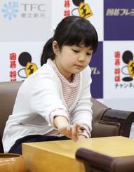 公式戦デビューの第29期竜星戦予選で初手を打つ、囲碁最年少プロの仲邑菫初段=22日午後、大阪市の日本棋院関西総本部