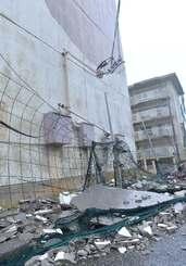 強風で剝がれ落ちた県営平良南団地の外壁=10日午後6時半、宮古島市平良下里(下地広也撮影)
