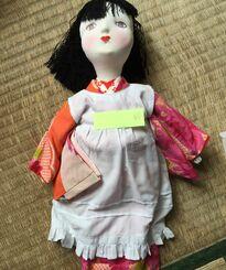 姉の手縫いの人形。照明器具のない部屋だったため、日中に作業をしていたとみられる(提供)