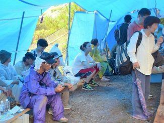 多くの人が前日から泊まり込みで警戒を続けるN1地区裏の出入り口=6日、東村高江