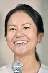 今季限りでの現役引退を表明し、記者会見で笑顔を見せる女子ゴルフの宮里藍選手=29日午後、東京都内のホテル