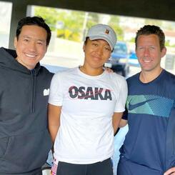 女子テニスの大坂なおみ(中央)を支えるトレーニング担当の中村豊氏(左)とコーチのウィム・フィセッテ氏=11月、ロサンゼルス(中村豊氏提供・共同)