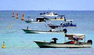 新基地建設に伴い名護市の大浦湾に浮かぶ警戒船=5月11日