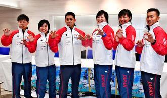 アジア大会に向け気合を入れる喜友名諒(左から3人目)や出場選手=ロワジールホテル那覇