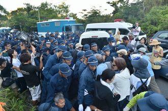 ヘリパッド建設工事着手に抗議する住民らと機動隊員の小競り合いが続き騒然とした高江の米軍北部訓練場N1ゲート前=7月22日、東村