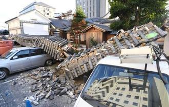 倒壊した「大橋家住宅」の敷地にある土塀=21日午後、岡山県倉敷市