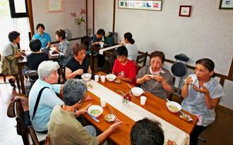岡本恵美子さんが用意した沖縄そばを食べる熊本市東区の住民ら=7月16日、熊本市東区の岡本さんの自宅(岡本さん提供)