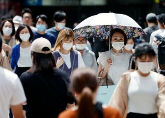 マスク姿で大阪・梅田を歩く人たち=30日午後