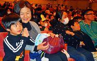 [NIE・読もうよ]/4月が楽しみ 新入生/名護で「入学おめでとう大会」