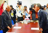 [混迷 県民投票](1)/知事説得 翻意せず/宮古島市長 方針変えず/県は是正要求も検討