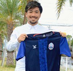 カンボジアのアンコールタイガーFCのコーチ就任が決まり、「海外で自分なりの指導方法を確立して沖縄に還元したい」と意気込む宮城晃太さん=糸満市