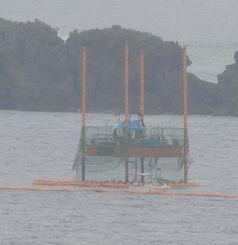 作業を続ける海上のスパッド台船=13日午前、名護市・辺野古沖