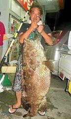伊江島沖で35キロのアーラミーバイを釣った安里薫さん=14日