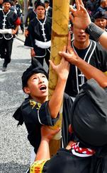 中学生も力強く旗頭を掲げた=那覇市・国際通り