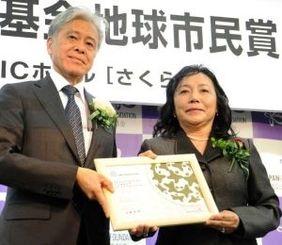 取り組みが評価され、地球市民賞の表彰状を受け取るセイヤーみどり校長(右)=4日、東京都新宿区・国際交流基金本部