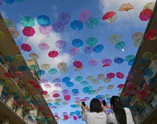 中止となった体育祭の代わりに企画され、校内を彩るビニール傘=20日午後、浦添市・陽明高校(国吉聡志撮影)