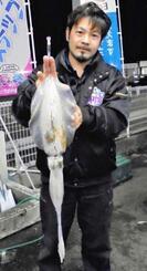 伊計島で1・09キロのシルイチャーを釣った宮城匠さん=4日