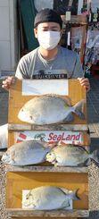 本部海岸で45・7センチ、1・85キロのカーエーを釣った長浜拓也さん=10月3日